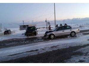 Buz Kaplı Yolda Otomobiller Kafa Kafaya Çarpıştı