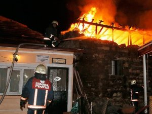 Fatih'te tarihi binada yangın
