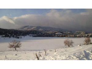 Simav Gölcük Yaylasındaki Krater Gölü Buz Tuttu