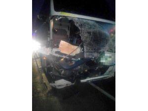 Yolcu Otobüsü Tır'a Çarptı: 5 Yaralı