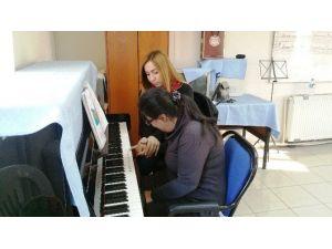 İzmit'te Engelli Çocuklara Piyano Kursu