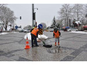 Kar Sonrası Bozulan Yollarda Onarım Yapılıyor