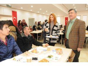 Başkan Akdoğan, Burs Alan Öğrencilerle Kahvaltıda Buluştu