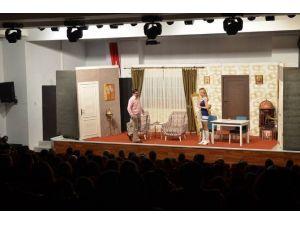 Demirci'de Tiyatroya Yoğun İlgi