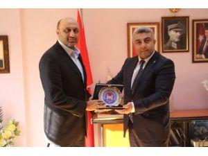 Başkan Çalışkan'dan İHH Kütahya Şube Başkanı Yenipazar'a Plaket