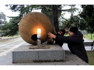 Anıt Park'taki Işıklar Elden Geçirildi