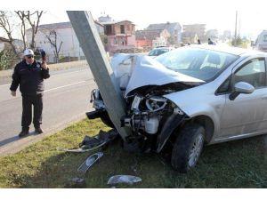Otomobil Aydınlatma Direğine Çarptı: 4 Yaralı