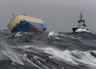 Biskay Körfezi'nde yan yatan Modern Express isimli gemi doğrultulamıyor