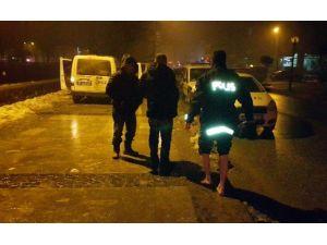 Dereye Atlayan Mülteciyi Polisler Çıkarttı
