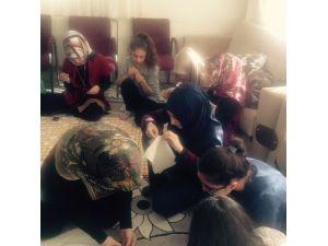 Bitlisli Kadınlar Suriyeliler İçin Örgü Örüyorlar