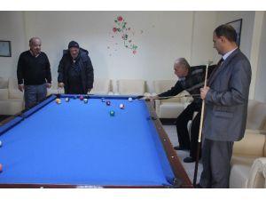Başkan Arif Çayır Huzurevi'ne Bilardo Masası Hediye Etti