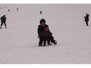 Elazığ'da Tatilciler, Kayak Merkezinde Karın Tadını Çıkartıyor