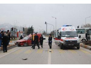 Ambulans İle Kamyonet Çarpıştı: 1 Yaralı