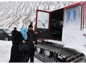 """Büyükşehir'in """"Kar Timleri"""" 439 Hastayı Kurtardı"""