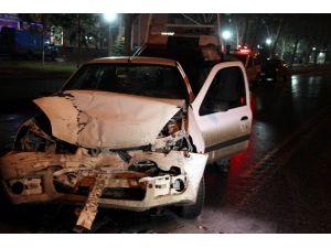 Otomobil İle Minibüs Çarpıştı: 2 Yaralı
