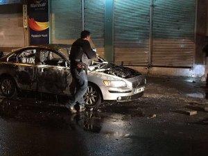 PKK yandaşları Bağlar ilçesinde bir otomobil yaktı