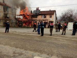 Bursa'daki Yangında Üç Ev Küle Döndü
