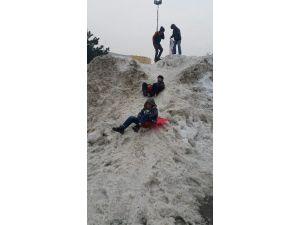 Çocuklar Kar Birikintilerini Eğlenceye Çevirdi