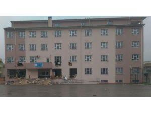 Nusaybin'de PKK yandaşları okulu yıkmaya çalıştı