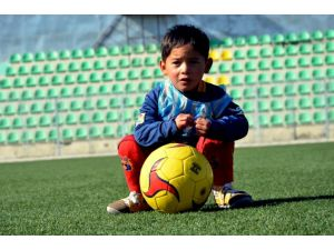 Poşetten formasıyla dünya gündemine gelen Afganlı Murtaza, Messi ile buluşacak