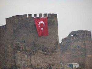 Sur'da surlara dev bayrak asıldı
