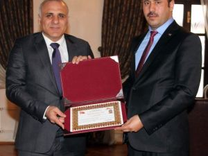Vali Zorluoğlu, TKDK İl Koordinatörünü Ödüllendirdi