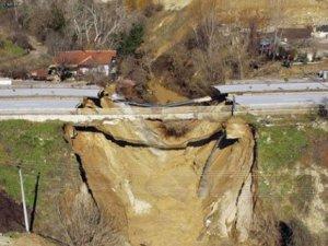 Yol ikiye ayrıldı: 400 yıllık köprü ile 200 yıllık değirmen yıkıldı