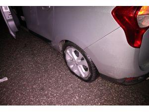 Yolda oluşan çukurlar otomobillerin lastiklerini patlattı