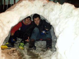 Kardan Yapılan İgloya 17 Kişi Sığdılar