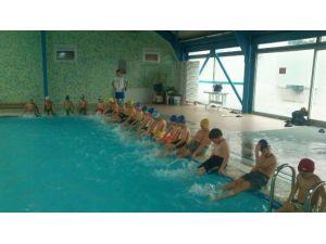 Yüzme Okullarına Ayda 1000 Çocuk Kayıt Oldu
