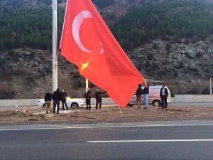 Çiftehan Köyünün Ortasına Dev Bayrak Dikildi