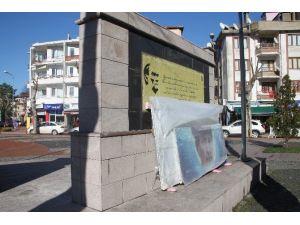 Anıttaki Atatürk Fotoğrafları Onarıma Alındı