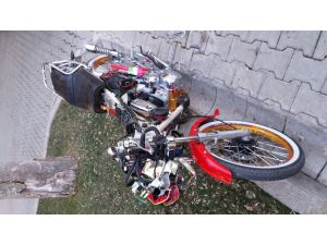 Motosikleti ile minibüsün altına giren sürücü kurtarılamadı
