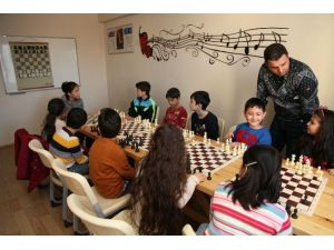 Çocuklara Emek Gençlik Merkezi'nde Satranç Eğitimi