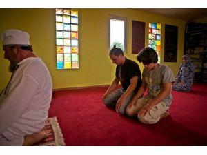Müslüman Oldu, Romanya'daki Köyüne Cami Yaptırdı