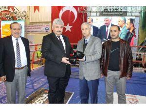Başkan Toyran'a Bok Eldiveni Hediye Ettiler
