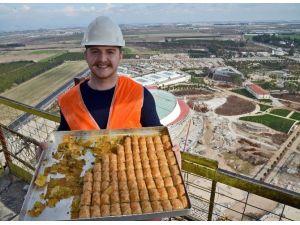 101 Metrelik EXPO Kulesinin Zirvesinde Baklavalı Kutlama