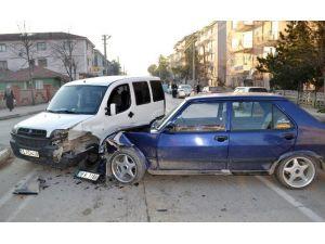 Ambulansa Yol Vermek İsterken Kaza Yaptı