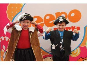 Çocuklar Maceracı Korsanlarla Eğleniyor