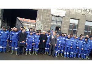 Başkan, işçilere kışlık kıyafet dağıttı