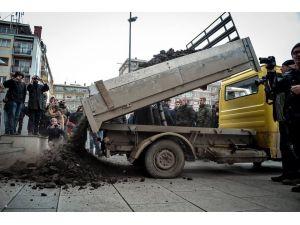 Kosova'da elektrik zammına kömürlü protesto