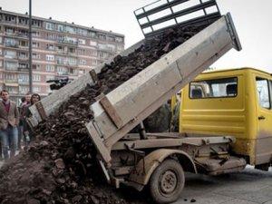 Kosova Ekonomi Bakanlığı'nın önünde kömürlü protesto