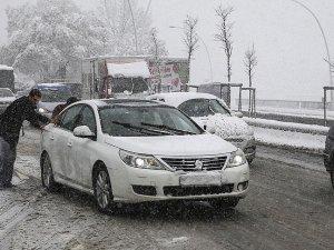 Ankara'da yağan kar trafikte aksamalara neden oldu