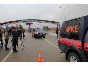 UMKE ekipleri sınıra yığılan Suriyelileri tedavi ediyor sürüyor
