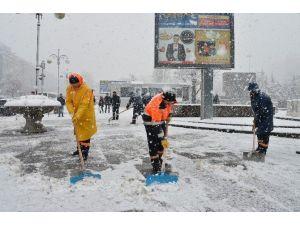 Büyükşehir'den Yoğun Kar Yağışına Müdahale
