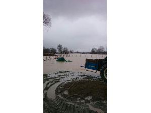 Kanal taştı, araziler su içinde kaldı
