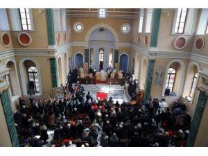 Patrik Bartholomeos Tarihi Kilisede Ayin Yönetti