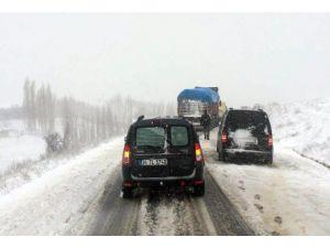 Kar Yağdı Sürücüler Mahsur Kaldı