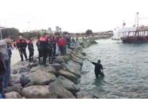 Denizin Kıyısında İntihara Kalkışan Genç, Polisleri Seferber Etti