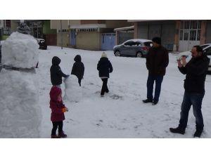 Ailelerin çocukları ile kardan adam selfisi